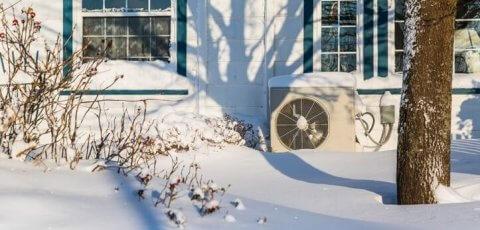 module extérieur de pompe à chaleur dehors en hivers avec de la neige
