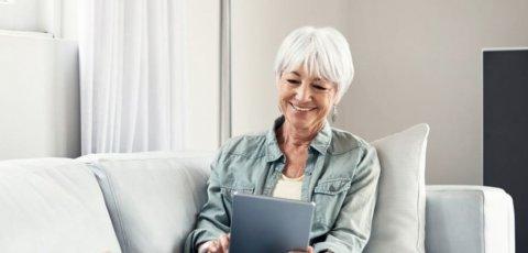 Utilisateur avec une tablette sur un canapé