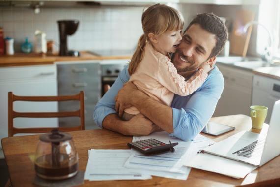 Père et sa fille devant un bureau et des papiers administratifs