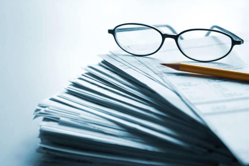 Papiers, lunettes et crayon