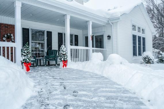 Façade de maison en hiver avec de la neige