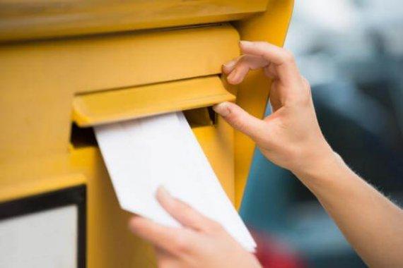 lettre dans une boite aux lettres