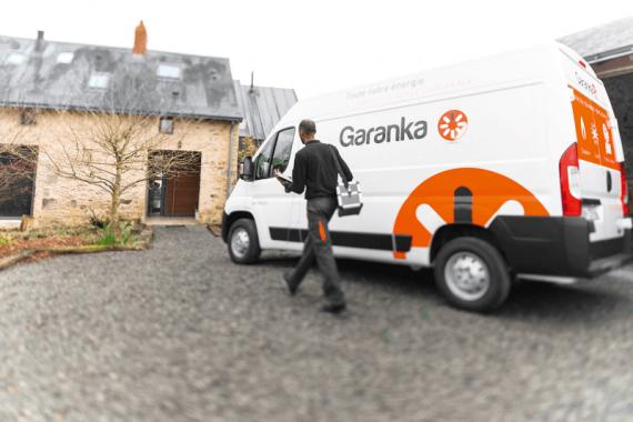 Technicien Garanka devant son camion chez un client