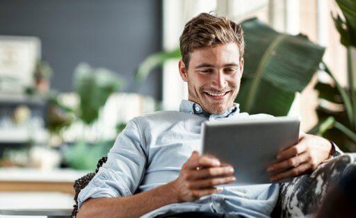 Homme jeune utilisant tablette