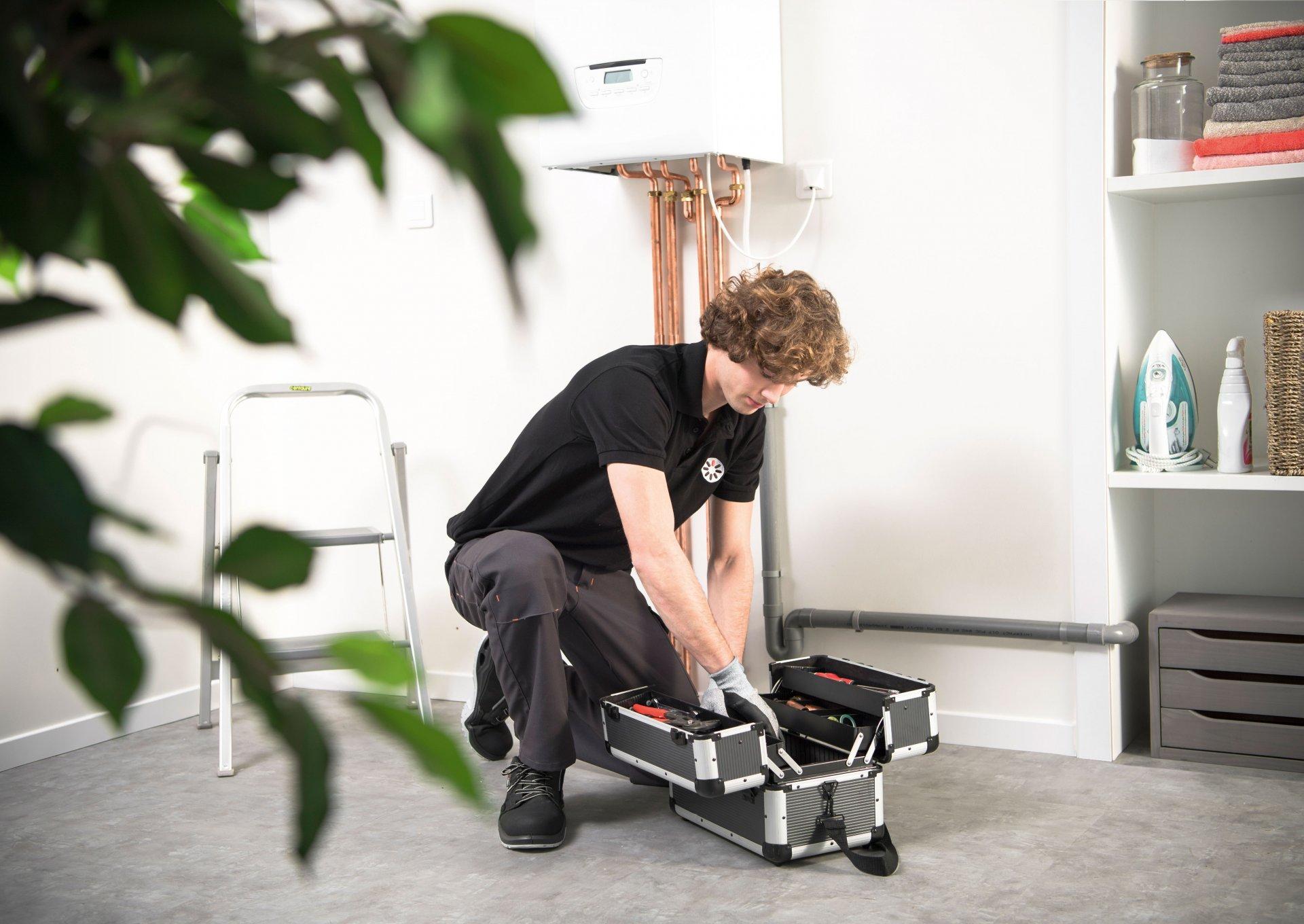 technicien chauffagiste et boite à outils pour entretien chaudière gaz