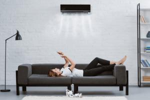 climatisation réversible au dessus canapé