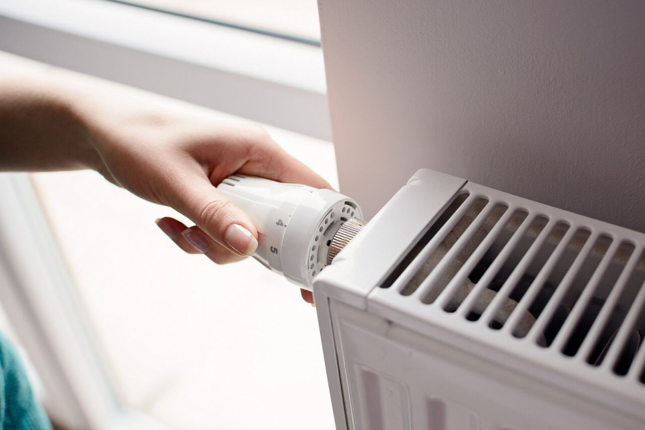 vanne thermostatique avec une main dessus